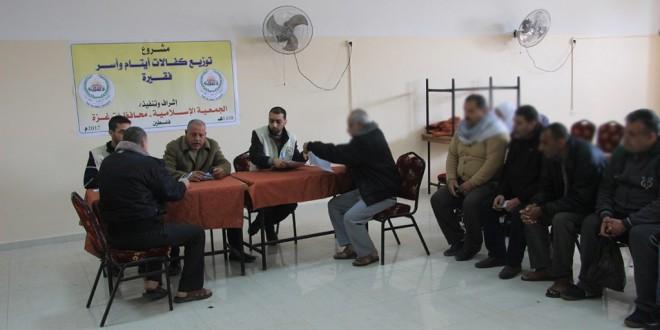 الجمعية الإسلامية تبدأ بتوزيع كفالات الأيتام والاسر الفقيرة