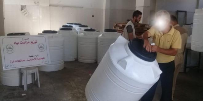 الجمعية الإسلامية توزع كفالات أيتام وخزانات مياه على الأسر الفقيرة