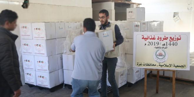 الجمعية الإسلامية توزع 207 طرد غذائي على الأسر المحتاجة