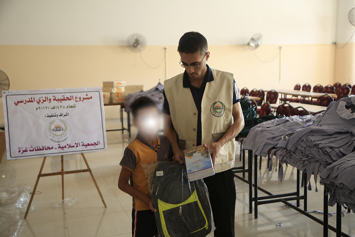 الجمعية الإسلامية توزع الحقيبة والزي المدرسي